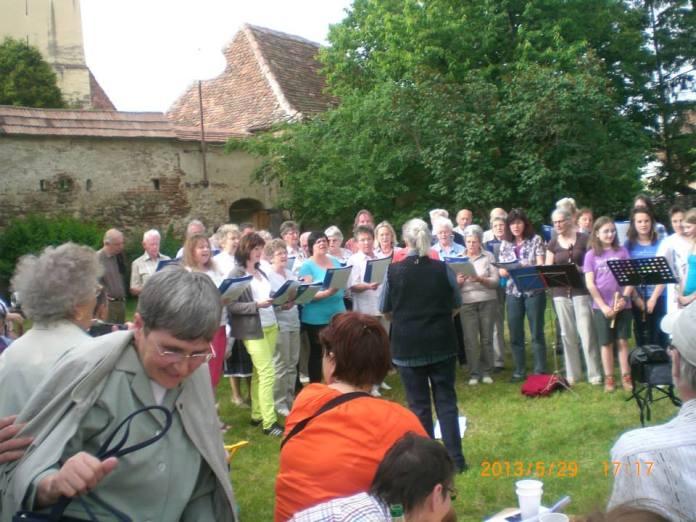 Miercui in gradina bisericii