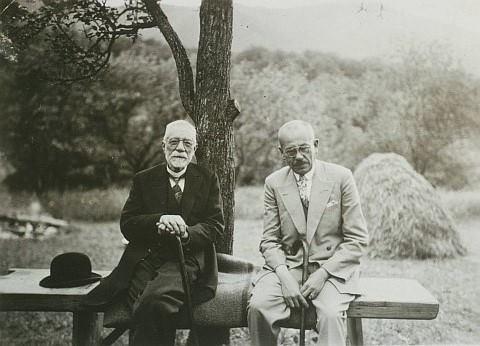 Friedrich Teutsch si Arnold Bruckner pe o banca in Cisnadie